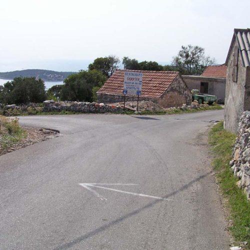 """4.5km - 3rd crossing, turn left before the """"Sampjer"""" sign"""